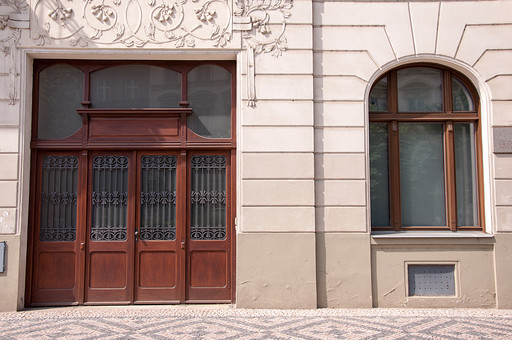 外国の窓と壁 窓 壁 外国 海外 チェコ ヨーロッパ 東欧 中欧 ガラス 透ける 綺麗 模様 飾り ドア 入り口 玄関 木ドア 木製 石灰岩 外国風景 風景 素材 白壁 漆喰