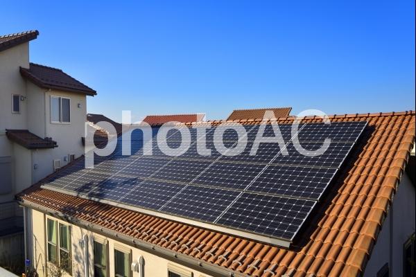 住宅のソーラーパネルの写真