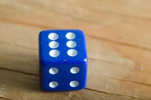 数字 目 さいころ サイコロ ダイス ゲーム ギャンブル 賭け事 賭博 カジノ 勝負 運 玩具 おもちゃ 娯楽 複数 アップ 屋内 室内 テーブル 床 素材 青 1個 双六 すごろく 6