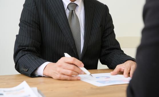 説明するビジネスマンの写真