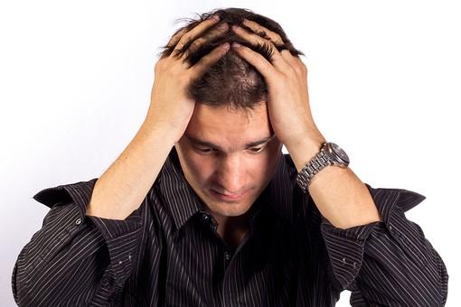 人物 男性 外国人 外人 外国人男性 外人男性 30代 スタジオ撮影 白バック 白背景 ポーズ 表情 カジュアル シャツ 上半身 正面 頭を抱える 俯く うなだれる 悩む 心配 不安 憂鬱 落ち込む 失敗 ショック 黒髪 mdfm050