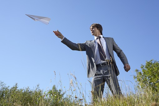 自然 青空 空 青 グラデーション 晴天 天気 晴れ 紙 紙飛行機 飛行機 工作 作る 折る 作品 飛ぶ 飛ばす 投げる 白 人物 外国人 男性 男の人 成人 社会人 ビジネスマン スーツ 植物 葉 花 緑 背景 室外 屋外 mdfm012