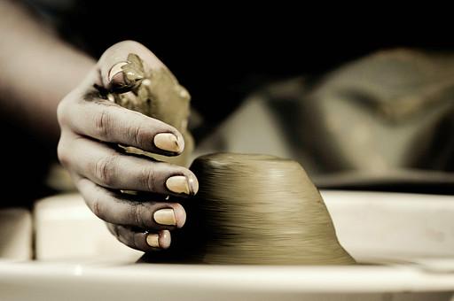 陶芸 工芸 伝統 手作り 職人 技 職人技 芸術 和風 アート 美術品 歴史 焼き物 陶器 彫刻 成形  粘土 手 手元 爪 指 アップ ろくろ 食器 器 工房 アトリエ