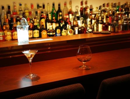 カクテル マティーニ バー オリーブ アルコール ショート カウンター ブランデー グラス ボトル