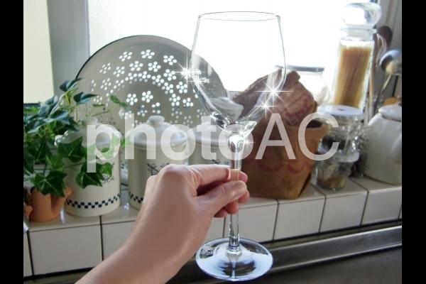 台所の出窓とワイングラスの写真