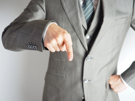 ビジネスマン ビジネス オフィス 怒鳴る 叱る 責める パワハラ パワーハラスメント ストレス 圧力 プレッシャー 威圧的な 威圧感 叱責 怒鳴りつける 注意する 警告する 人差し指 怒る ハラスメント 人間関係 上司 育てる 育成 メンタル 精神 嫌がらせ 仕事 教育 教育する