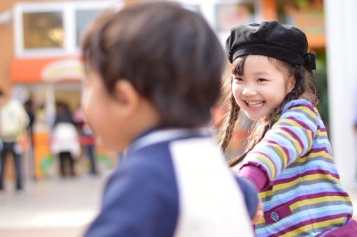 遊ぶ 子供 子ども こども 子供達 楽しい 笑顔 手をつなぐ ひっぱる 男の子 女の子  mdfk023