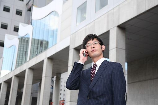 男性 ビジネスマン 営業 会社員 サラリーマン 社員 男 ビジネス オフィスビル 携帯電話 話す 打ち合わせ 会社 オフィス街 ビジネス街 めがね 眼鏡 スーツ  Men 男 男子  20代 30代 ビジネススーツ 背広 ネクタイ シャツ  屋外 ジャケット 出勤 勤務 働く 電話 通話 ケータイ 携帯 スマホ 会話 スマートフォン 若い 日本人 mdjm019
