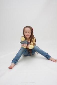 人物 こども 子供 女の子 少女  外国人 外人 キッズモデル あどけない かわいい   屋内 スタジオ撮影 白バック 白背景 カーディガン   長髪 ロングヘア ポートレイト ポートレート 表情  ポーズ 電卓 計算  座る 正面 mdfk016