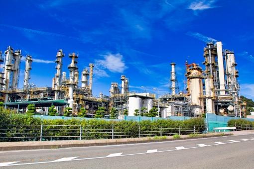 青空と石油精製工場の写真