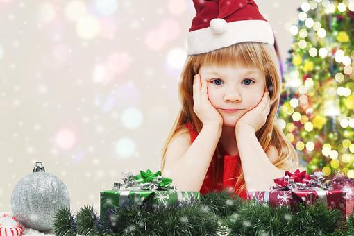 サンタ帽をかぶった女の子の写真