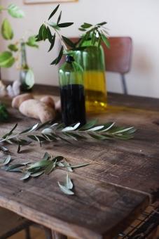 オリーブの葉 オリーブ おりーぶ 机 食卓 ディル インテリア 葉 ダイニングテーブル 古材 木目 diningtable olive じゃがいも ジャガイモ 野菜 花瓶 椅子
