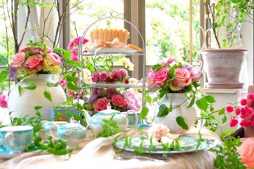 薔薇 花 緑 テーブル グリーン 花 ティーポット 紅茶 カップ 白 グリーン 緑 テーブルコーディネート,テーブルウエア,グラス,食器,シャンパングラス,アルコール,テーブル,食卓,ダイニング,レストラン,テーブルマナー,もてなし,おもてなし,テーブルセッティング,皿,ナプキン,空間,インテリア,記念日,パーティー,卓上,ガラス,カトラリー,装飾,豪華