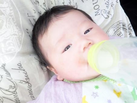 赤ちゃん あかちゃん 赤ん坊 新生児 乳児 乳幼児 子ども 子供 こども 男児 男の子 0歳 ベビー ベイビー ミルク 粉ミルク milk baby 日本人 人物 寝転がる 授乳 食事 飲む おっぱい 栄養 幼い 母乳 育児 子育て ko