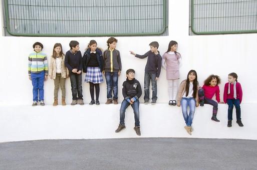 人物 生物 人間 生徒 学生 学童 子ども かわいい キッズ 幼い 外国人 外国 風景 学校 勉強 学び 教育 放課後 屋外 集まる 並ぶ 一列 集合 集合写真 たくさん クラスメイト 立つ 座る ベンチ スタジアム 校庭 広場 mdfk026 mdfk025 mdfk024 mdfk027 mdfk033 mdmk005 mdmk016 mdmk017 mdmk018 mdmk019