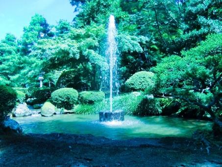 噴水 エネルギー パワー 吹き出す 池 庭園 光 植木 木 水 生命力 緑 青 魂 石川県 金沢 兼六園 輝き