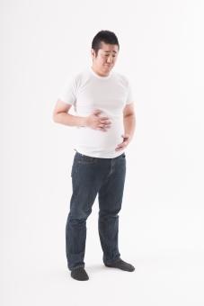 日本人 男性 ぽっちゃり 肥満 ダイエット 痩せる 痩せたい 目標 ビフォー 太っている 太り気味 メタボ モテたい 脂肪 お腹 気になる 気にする 努力 変えたい 変わりたい 体系 ボディー Tシャツ 白バック 白背景 困る 悩む お腹を触る 全身 mdjm017