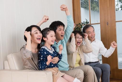 人物 日本人 家族 親子 ファミリー 三世代 二世帯 5人 両親 義両親 こども 子供 孫 娘 女の子 小学生 笑顔 スマイル 仲良し 屋内 部屋 室内 リビング ソファ 座る 集まる 団欒 だんらん テレビ観戦 テレビを見る 横向き 夢中 バンザイ 万歳 嬉しい 喜ぶ 勝利 mdjf017 mdfk014 mdfs003 mdjm016 mdjms004