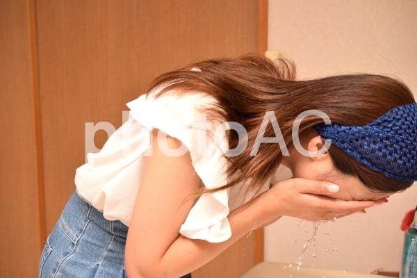 クレンジング、洗顔イメージの女性の写真