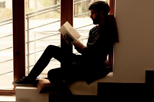 本 ブック 書物 書籍 図書 読書 読む 趣味 勉強 人物 男性 男 外国人 若い 若者 髭 20代 全身 ページ 捲る めくる 開く 座る 接写 クローズアップ 段差 段々 横顔 クッション 窓際 窓辺 逆光 薄暗い もたれる 寄りかかる mdfm079