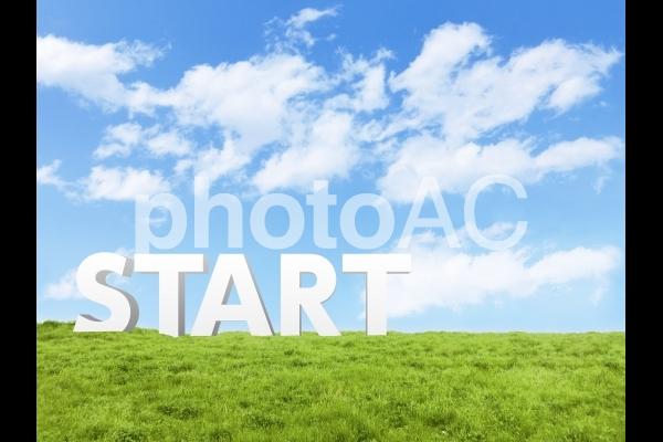 スタート-青い雲と緑の草原の写真