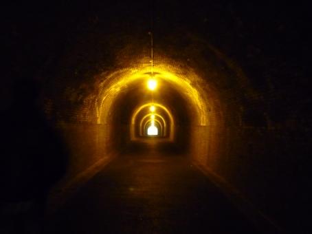トンネル 天城トンネル 心霊 心霊スポット 背景 背景素材 バックグラウンド 山道 遺物 肝試し 恐怖 電灯
