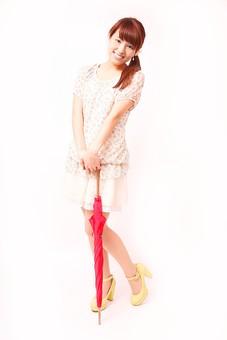 人 人間 人物 人物写真 ポートレート ポートレイト 女性 女 女の人 若い女性 女子 レディー 日本人 茶髪 ブラウンヘア セミロングヘア  白色 白背景 白バック ホワイトバック  手 指 ポーズ  手のポーズ  ポニーテール  笑顔 笑う 膝を曲げる 傘 赤い傘 雨傘 たたんだ傘 mdfj012