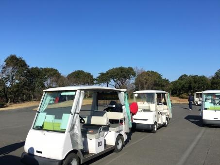 ゴルフ ゴルフ場 カート 複数台 青空 コピースペース スポーツ 爽やか