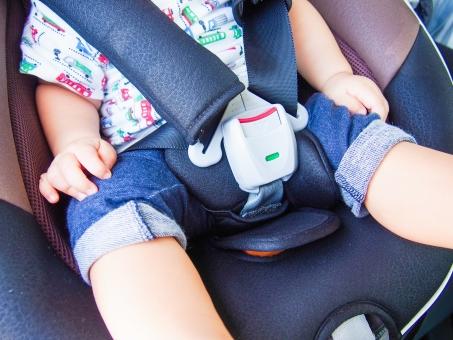 チャイルドシート 赤ちゃん ベビー 子供 子ども 男の子 車 ベビーグッズ カー用品 必需品 自動車 マイカー 安全 安心 守る 保護 交通安全 座る 座席 装着 シートベルト パパ ママ 父 お母さん ドライブ お出かけ お買い物 旅行