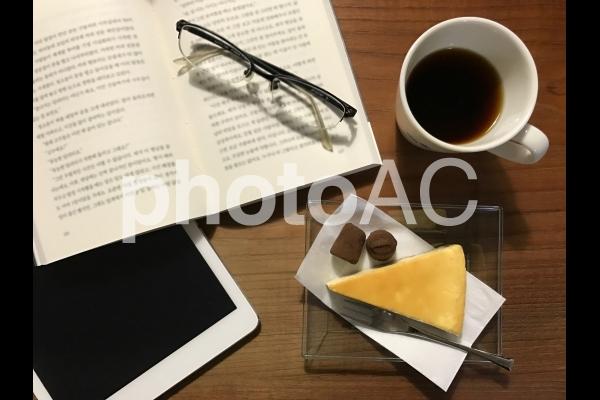 本とコーヒーとタブレット端末2 夜verの写真