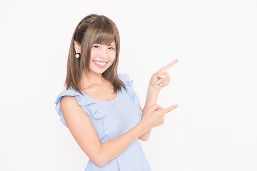 指をさす女性2の写真