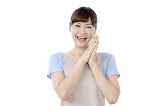 人物 屋内 白バック 白背景 日本人 1人 女性 20代 30代 エプロン  奥さん 奥様 婦人 家庭人 夫人 主婦 若い ポーズ 手 両手 合わせる あげる 頬 顔 表情 嬉しい 歓喜 喜ぶ 喜び ハッピー 幸せ やったー ヤッター 感謝 ありがとう 有難う 依存 お願い 願い 願いごと 願い事 笑顔 mdjf018