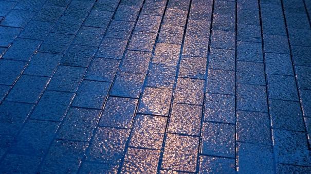 夜 雨の日 地面 石畳 反射 オレンジ 橙色 ブルー 青 綺麗 キレイ 光り輝く 夢の国 クリスタル 宮殿 お城 煉瓦 レンガ 美しい テクスチャー きらきら キラキラ 魔法のよう グラデーション 紺碧 街灯の光 ゴッホの夜のカフェテラス