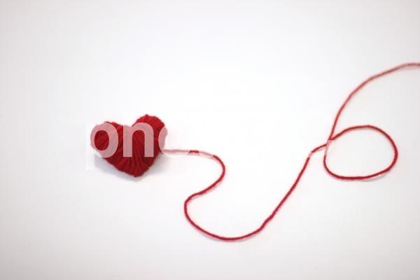 赤い毛糸のハートの写真