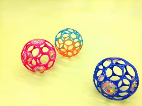 ボール オーボール 子ども こども 子供 おもちゃ オモチャ 玩具 トイ TOY 幼児 乳児 赤ちゃん 赤ん坊 ベビー 用品 コピースペース 乳幼児 黄色 アカチャン キッズ 青 ピンク カラフル