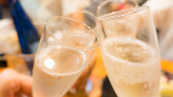 女性 女子会 アルコール シャンパン 飲み物 パーティー 冷たい コンパ 食事 おしゃれ セレブ グラス コップ 炭酸 乾杯 歓迎会