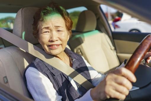人物 日本人 笑顔 女性 休日 ポートレート お出かけ 外出 アップ 楽しい 嬉しい 朝 母親 レジャー シニア おばあちゃん おばあさん 笑う ドライバー 高齢者 コピースペース 1人 背景 交通 シルバー 乗り物 運転 昼 ドライブ 自動車 車 乗用車 一人 イメージ 幸せ 安全 アジア人 高齢 アクティブ 免許 祖母 運転手 シートベルト 70代 保険 運転者 高齢者ドライバー アクティブシニア シニアドライバー カートラブル