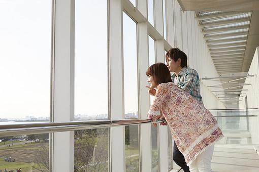 人物 カップル 恋人 若者 20代 夫婦 ファミリー 新婚 男性 女性 二人 デート デイト 展望台 景色 風景 眺める 楽しむ 仲良し 一緒 室内 ガラス窓 公園 葛西臨海公園 デートスポット 休日 休暇 若い 日本人 mdjm022 mdjf040