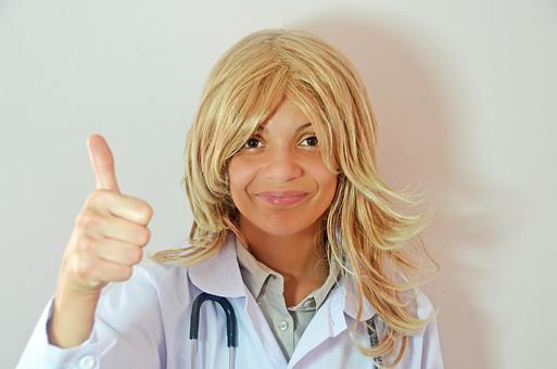 人物 女性 外国人 外国人女性 スペイン人 スペイン人女性 金髪 金髪女性 白人 白人女性 欧米人 病院 医療 若い ポートレート 仕事 働く 病院 白衣 診察室 医院 医療事務 福祉 白バック 白背景 施術 看護 聴診器 医者 グッド 回復 順調 mdff022