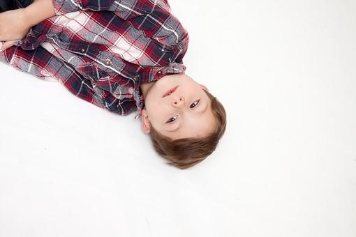 人物 こども 子ども 子供 男の子   少年 幼児 外国人 外人 かわいい   無邪気 あどけない 屋内 スタジオ撮影 白バック   白背景 ポートレート ポーズ キッズモデル 表情  シャツ  カジュアル  寝そべる 寝転ぶ 仰向け 眠い ウトウト 俯瞰 うたた寝 昼寝 mdmk010