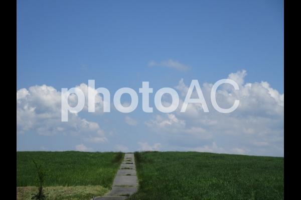 空に続く道の写真