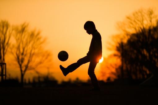 サッカーの練習をする子供の写真