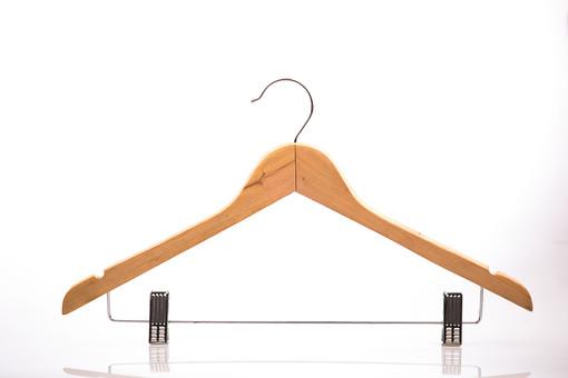 ハンガー 衣紋掛け 白バック 白背景 クローズアップ 木 ファッション 木製 木材 空っぽ 衣類 服 衣服 店舗 ストック ぶら下がる ブティック クローゼット ワードローブ ピン 止める 掛ける 干す 洋服 衣装