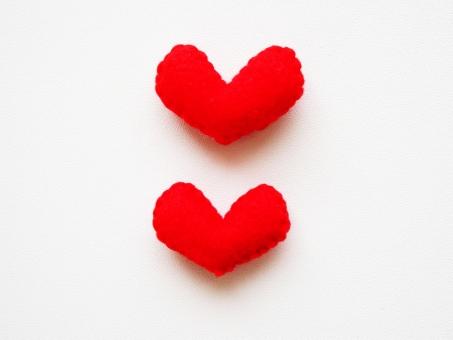 ラブ Love ハート heart 愛 愛情 恋 恋愛 告白 カップル バレンタイン プレゼント 2個 ふたつ 可愛い 赤 斜め 小物 雑貨 インテリア ハンドメイド 好き 大好き 心 フエルト フェルト エネルギー ありがとう ときめき 手作り