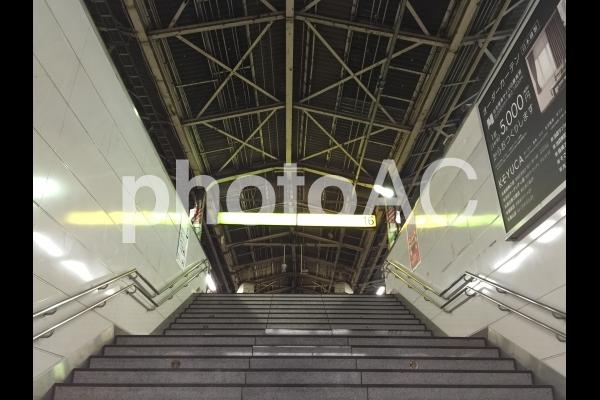 新宿駅ホームの大きい階段の写真