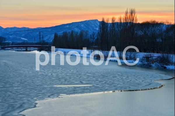 冬の茨戸川の夕陽の写真