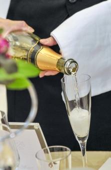 注ぐ ワイン シャンパン シャンペン ボーイ ウェイター パーティー