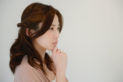 日本人 女性 女 30代 アラサー グレーバック 背景 グレー ポーズ ハーフアップ 髪型 髪 ヘアー ヘアカラー 茶髪 ナチュラル 私服 カジュアル ピンク ピンクベージュ 考える 悩む 迷う 真剣 横顔 無表情 表情 仕草 しぐさ 不安  mdjf013
