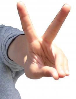 ピース 指 ラッキー 爪 手 腕 人物 ちょき チョキ じゃんけん じゃんけん大会 ハサミ チィ グーチョキパー 親指 人差し指 中指 小指 幸せ 幸運 運 成功 達成 やったー 達成 成功 白背景 切り抜き サイン 幸福