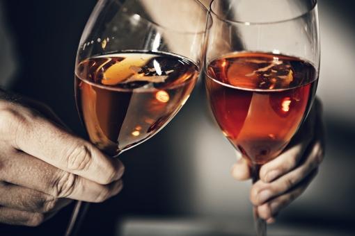 パーティー 宴会 イベント 催し 行事  飲み会 おもてなし 飲食 飲み物 ドリンク  お酒 アルコール グラス テーブル 屋内  室内 レストラン ホテル ホームパーティー 華やか  グラス シャンパン カクテル 人物 手 傾ける 乾杯 アップ ワイン 白ワイン ワイングラス 誕生日